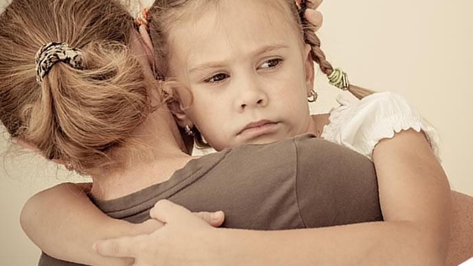 娘を慰めるシングルマザー