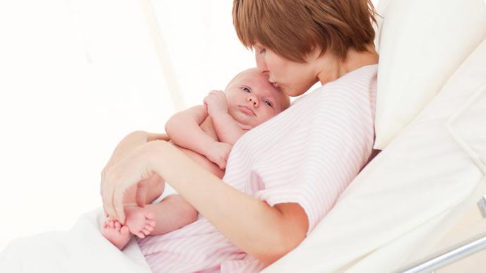 赤ちゃんを抱っこしてなだめるママ