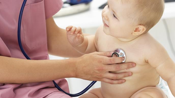 発熱がある赤ちゃんの診察をする医師