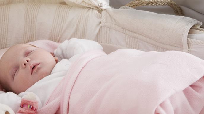 ほこり対策で高い位置に寝かされた赤ちゃん