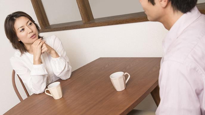 里帰り出産について夫と話し合う女性