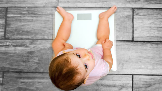 新生児や赤ちゃんの体重を市販の体重計で量るときの注意