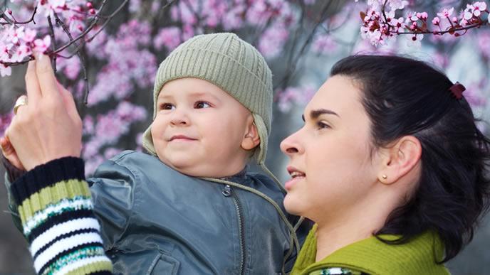 ママと花を見る赤ちゃん