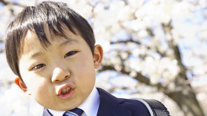 入学記念の写真を撮る小学生