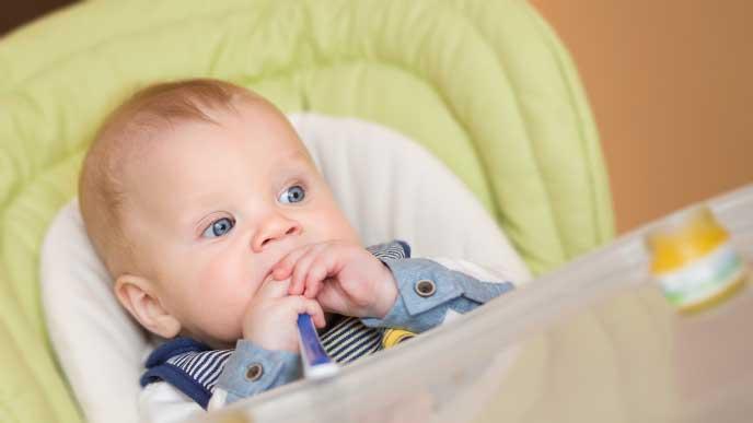 大きく目を見開いて離乳食を見ている赤ちゃん