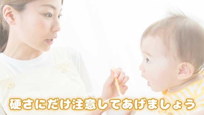 赤ちゃんに離乳食を食べさせてるママ