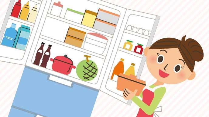 タッパーや鍋が入ってて整頓されている冷蔵庫を開けるママのイラスト