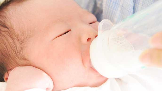 ミルクでこまめな水分補給をしている赤ちゃん