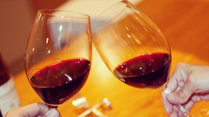 赤ワインで乾杯しているママ