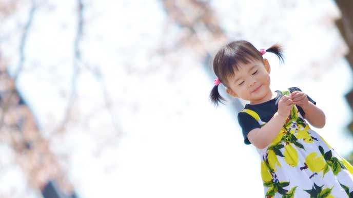 桜の木の前に佇む女の子