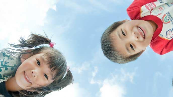 外で遊んでいる男の子と女の子