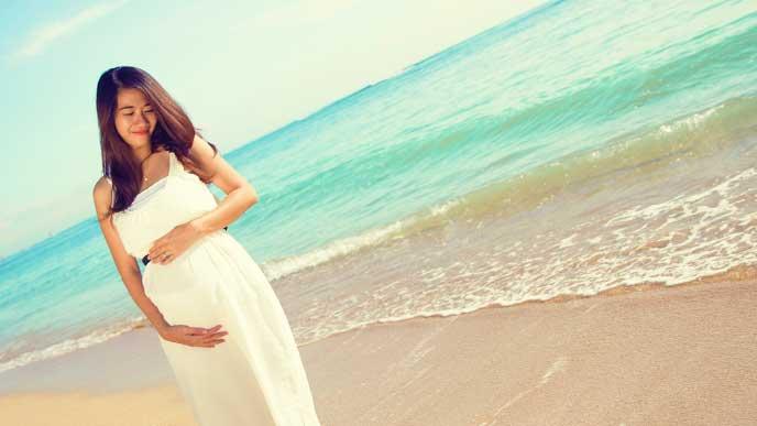 海辺を散歩している妊婦さん