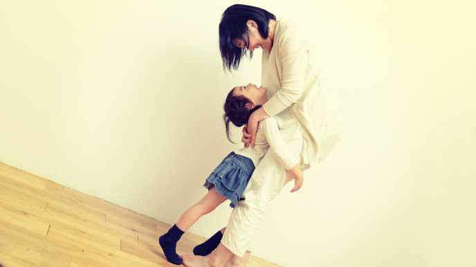 母親に抱きついている女の子