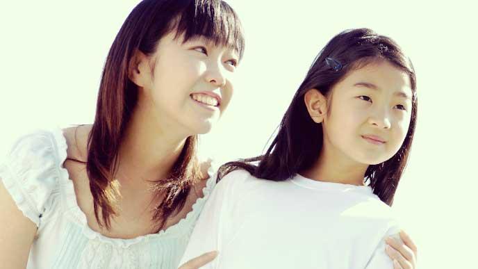 同じ方向を見ている女ん子と母親