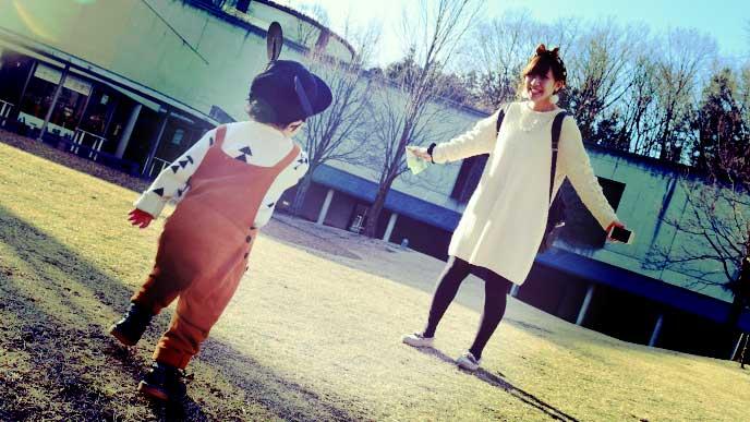 子供が走ってくるのを手を広げて待っているママ