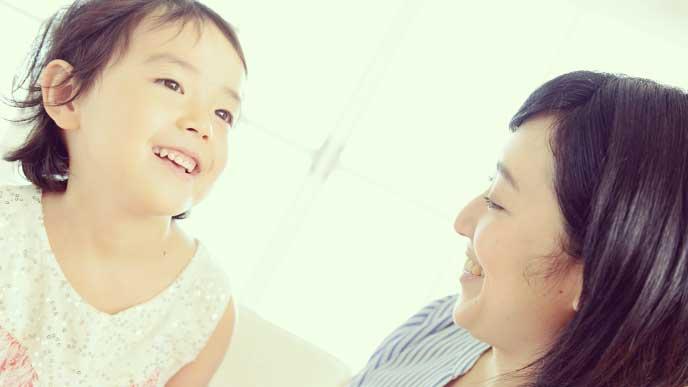 笑顔と母親と話をしている女の子