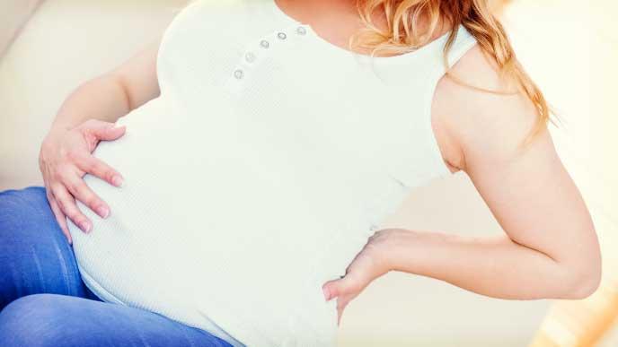 お腹を触っている妊婦さん