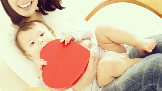 赤ちゃんを抱っこしている母親