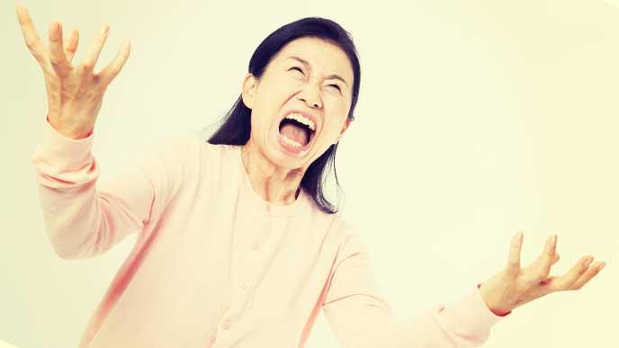 怒って怒鳴り散らしているママ
