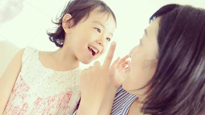 母親の説明を笑顔で聞いている女の子