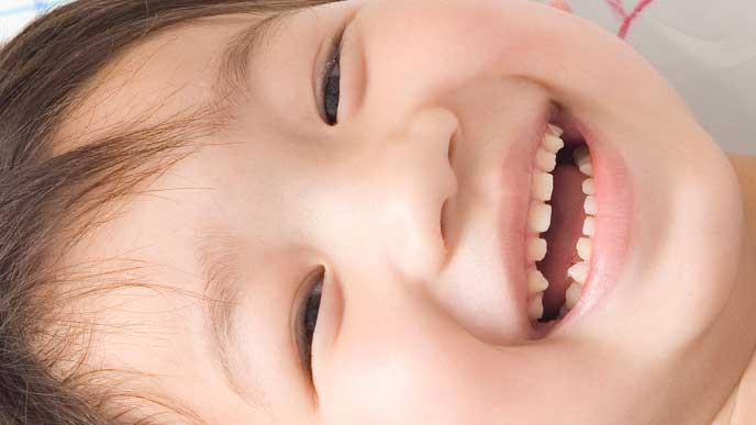 歯を見せて笑っている男の子