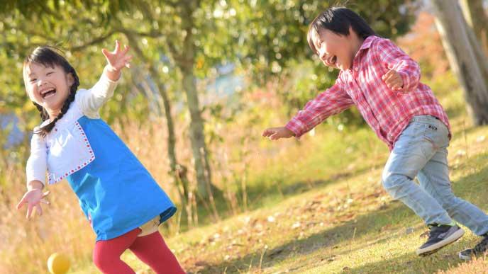 同い年の女の子と追っかけっ子をして遊んでいる男の子