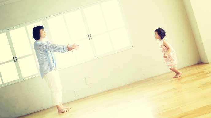 部屋の中で母親と遊んでいる女の子