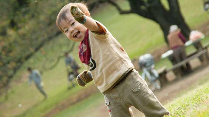 公園で遊んでいる幼児