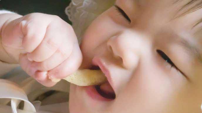 スナック菓子を食べてる赤ちゃん