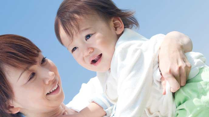 笑顔の赤ちゃんを抱っこしているママ