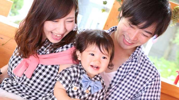 笑顔の夫婦の間にいる赤ちゃん