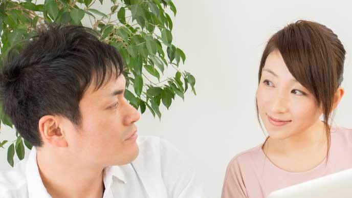 笑顔で話をしている夫婦