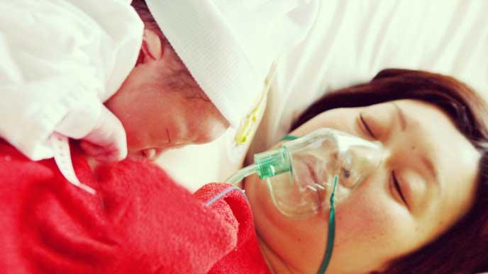 帝王切開直後で酸素マスクを付けたママさんのカンガルーケア