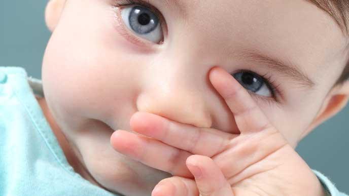 口を触っている赤ちゃん