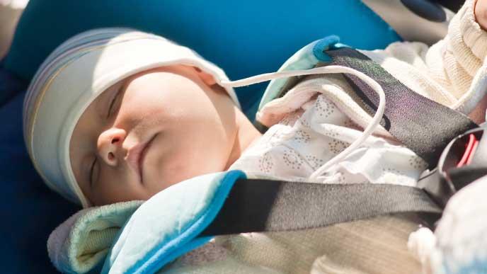 車のベビーシートで寝てる赤ちゃん