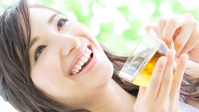 ハーブティーを飲んで笑顔の女性
