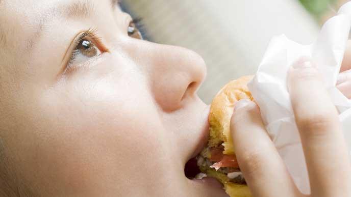 ハンバーガーを食べてる妊婦さん