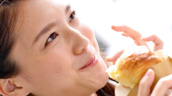 パンを食べてる妊婦さん