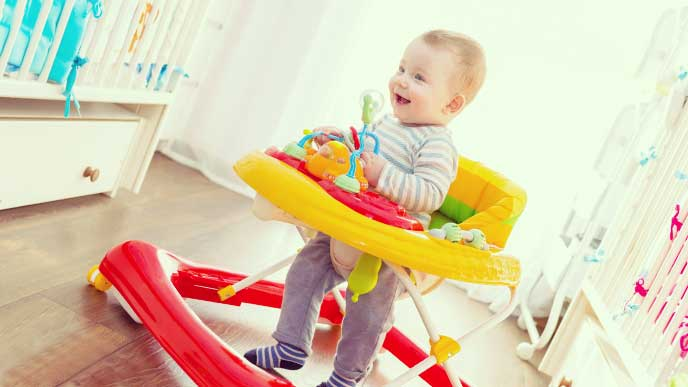 狭い部屋で歩行器に乗って身動きが取れなくなってる赤ちゃん