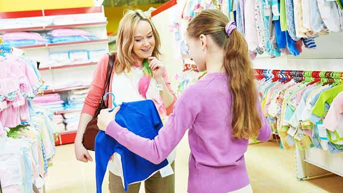 ベビー服を選ぶ女性