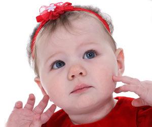 ヘアバンドをした赤ちゃん