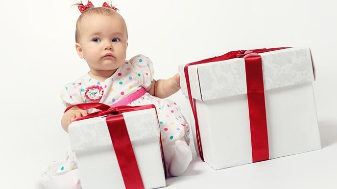 プレゼントの箱に触る赤ちゃん