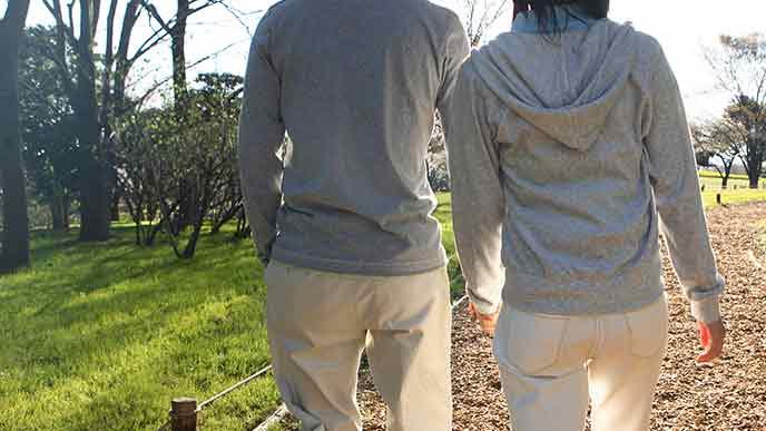 夫婦が並んで散歩している
