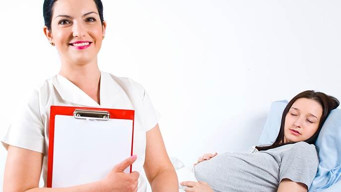 看護師の傍で眠る妊婦