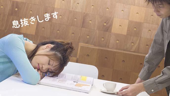 食卓に頭をのせて居眠りする女性