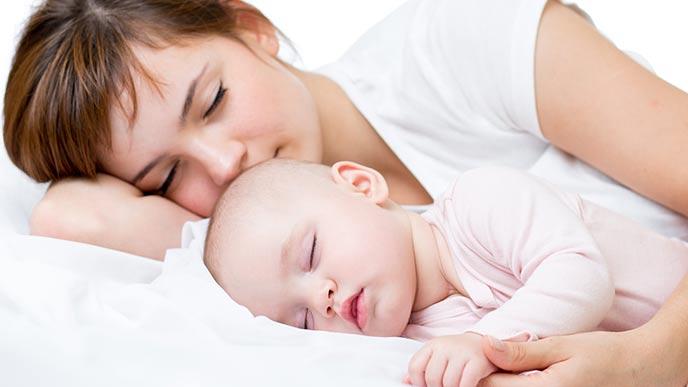 赤ちゃんと一緒に寝る母親