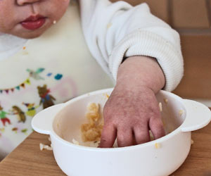 離乳食を手づかみする赤ちゃん