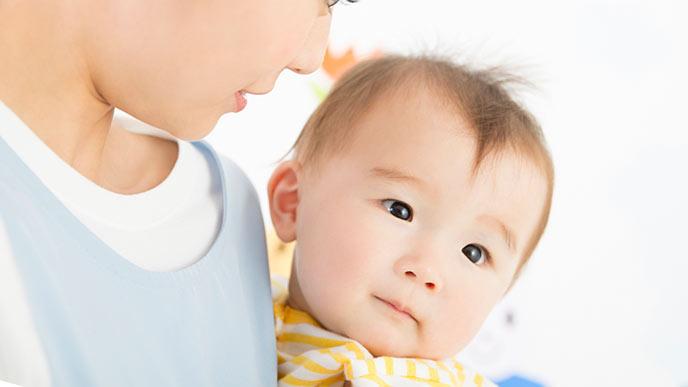 保育士さんに抱っこされてる赤ちゃん