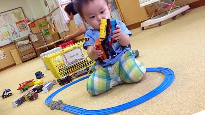 保育園で遊ぶ1歳児