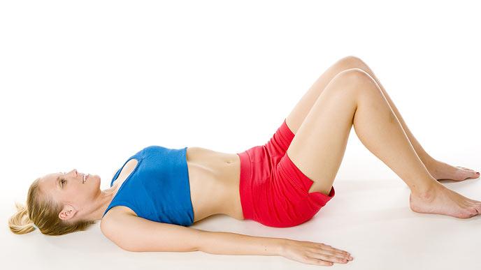 n寝そべった姿勢で体操する女性